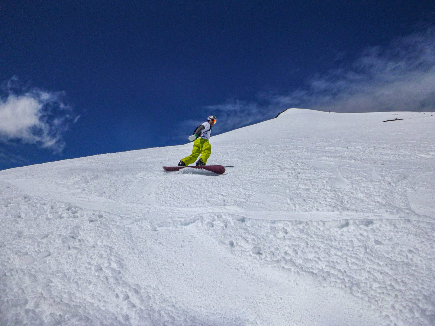 snowboarder enjoying the sunshine and spring conditions